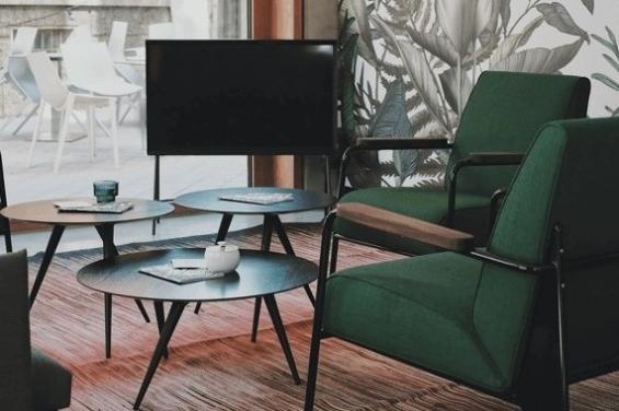 Sala con televisión y sillones