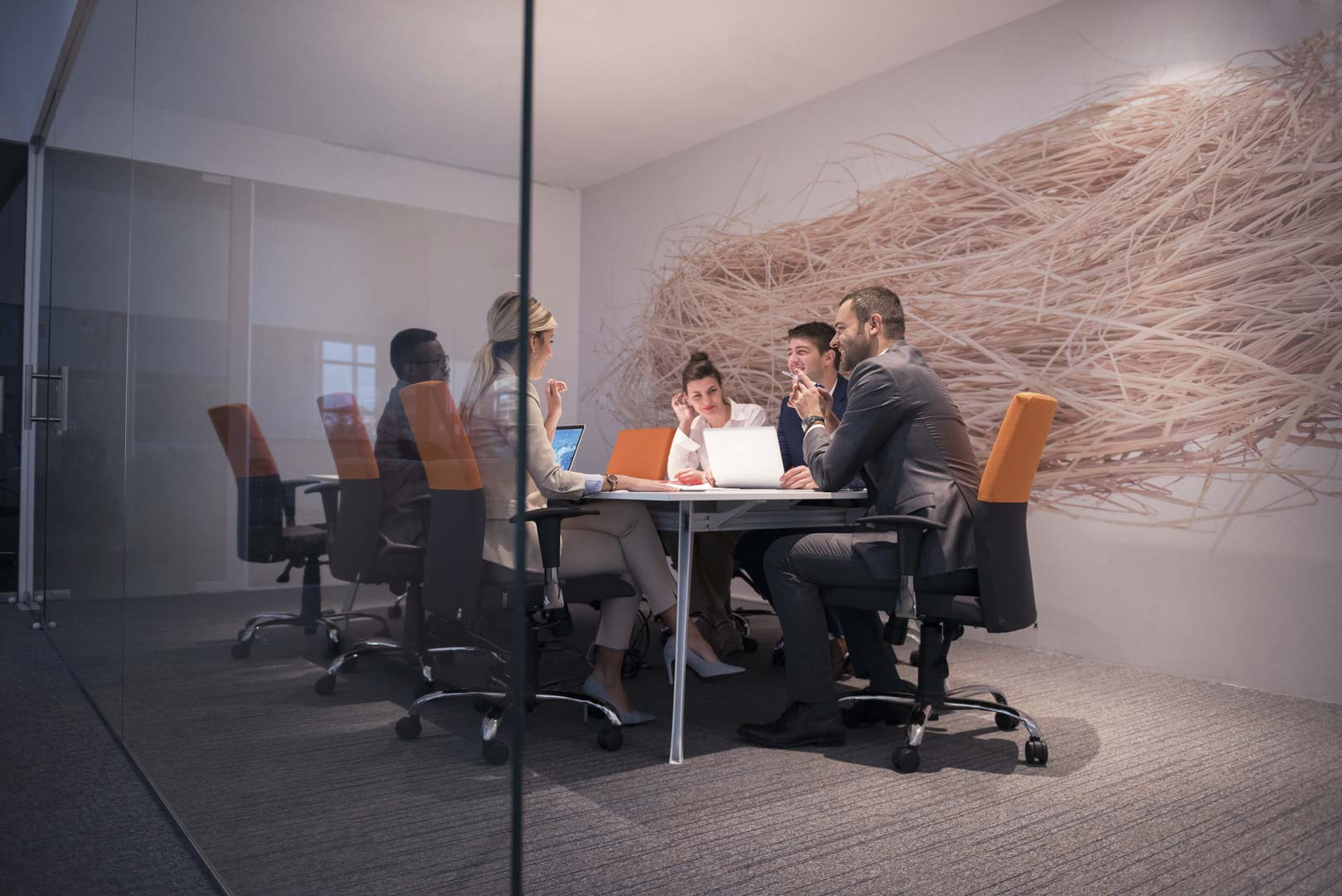 Personas en una sala de reuniones
